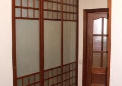 дверь купе шпон дерева и матовое стекло