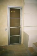 двери распашные на заказ - стеклянные в металлической окантовке