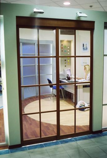 отодвигающиеся в сторону раздвижные двери  на заказ из прозрачного стекла