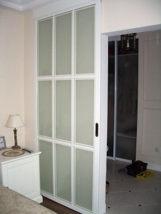 фото белых откатных (раздвижных) дверей