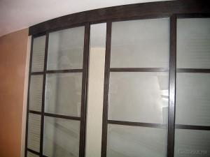 алюминиевые двери с криволинейным каркасом