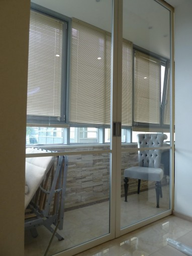 Фото раздвижной перегородки между комнатой и балконом