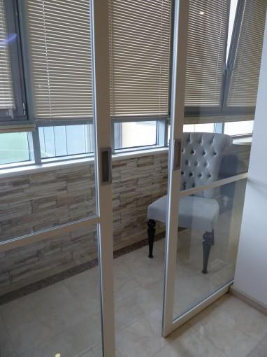 раздвижная стеклянная перегородка на балкон