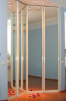 угловая гардеробная со складными зеркальными дверями