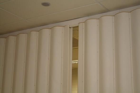 мягкие раздвижные перегородки между кухней и гостиной