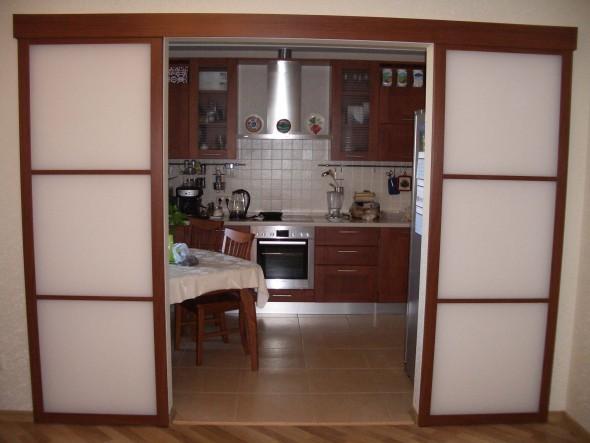 дизайн раздвижных стеклянных перегородок между кухней и гостинной