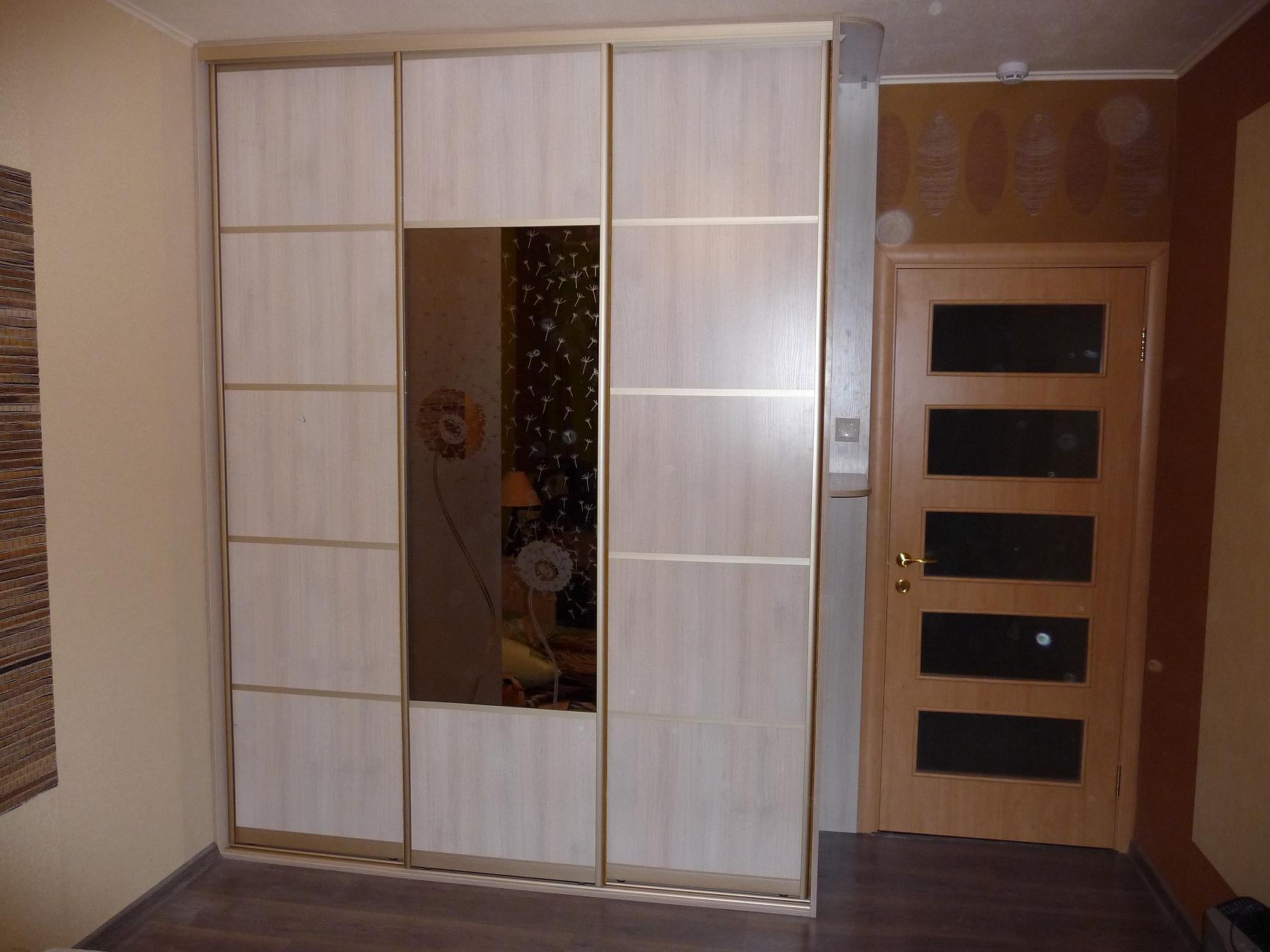 интерьер спальни со шкафом купе