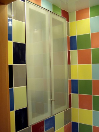 стеклянные створки в нишу ванной комнаты
