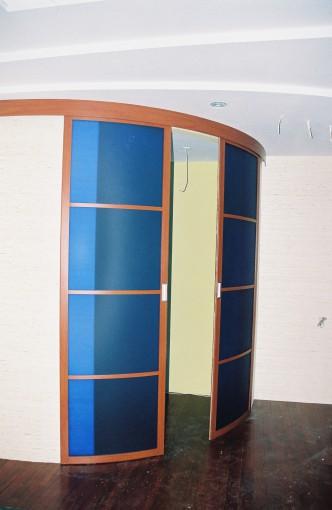 двустворчатые раздвижные скругленные двери для гардеробной