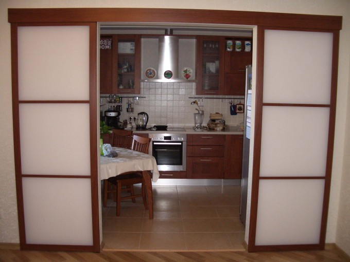 отделить кухню от гостиной раздвижными перегородками