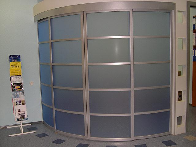 радиусные гардеробные со стеклянными дверями без нижнего рельса