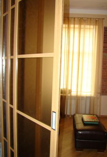 беспороговые раздвижные перегородки между гостиной и спальней