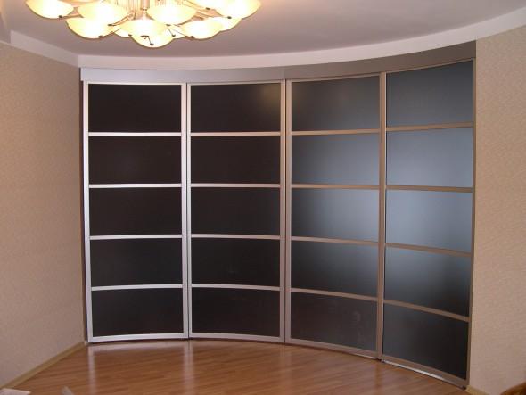 радиусная стенка-перегородка стеклянная в квартире