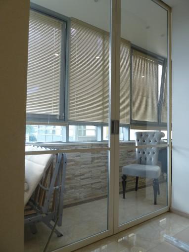беспороговые раздвижные перегородки между кухней и балконом