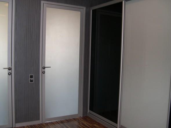 распашные двери белые с алюминием фото