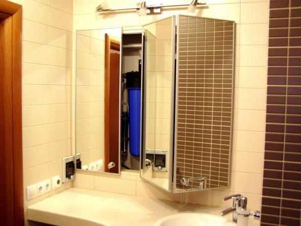 зеркальная складная дверь во встроенный шкаф в ванной