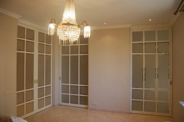 классический интерьер с белой раздвижной дверью фото