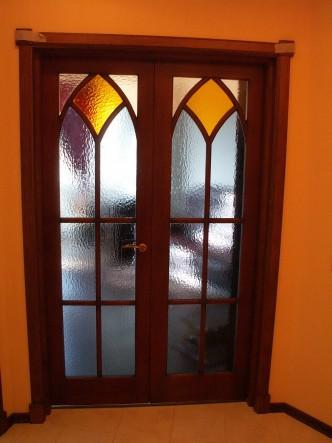 дверь межкомнатная из массива сосны с витражами на заказ