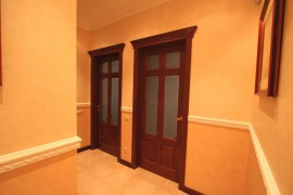 деревянные двери из массива со стеклянными вставками