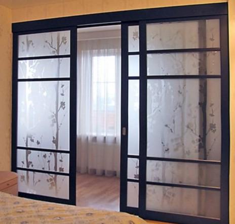 трехстворчатая дверь сдвигаемая в две стороны