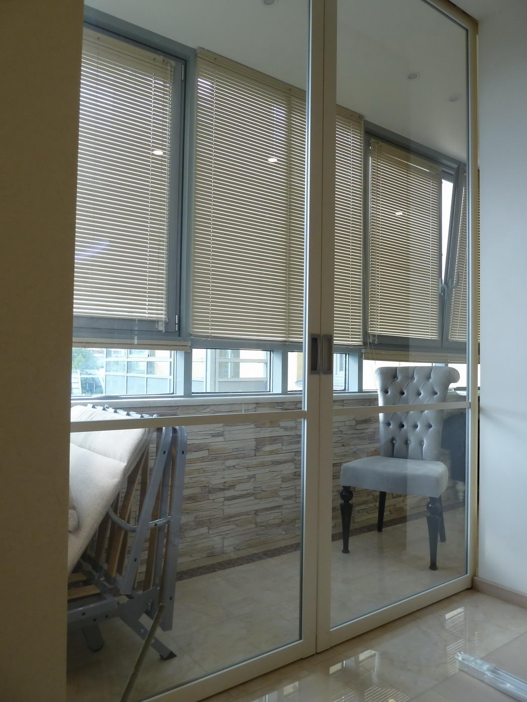 Раздвижные двери между кухней и балконом фото.