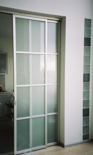 раздвижная перегородка алюминиевая в квартиру