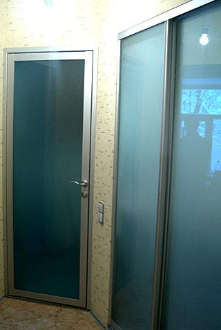 двери распашные в алюминиевом корпусе